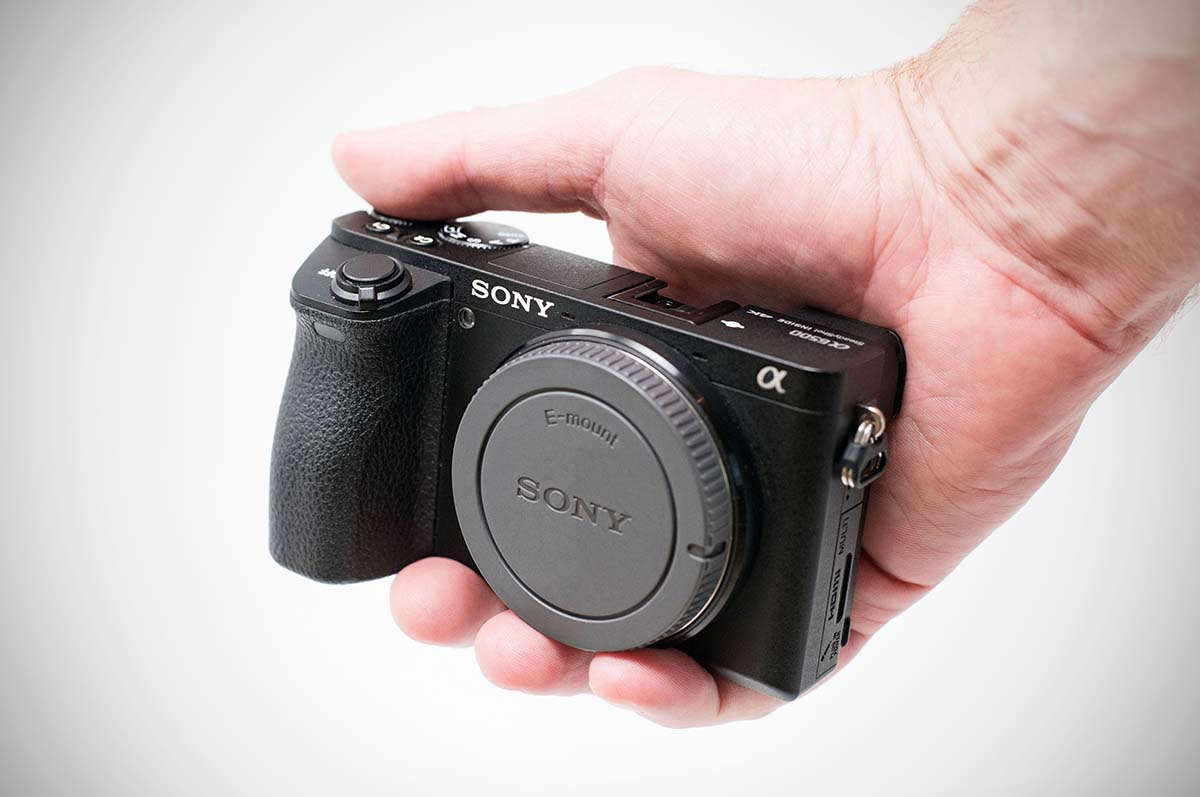 Compact mirrorless camera in-hand