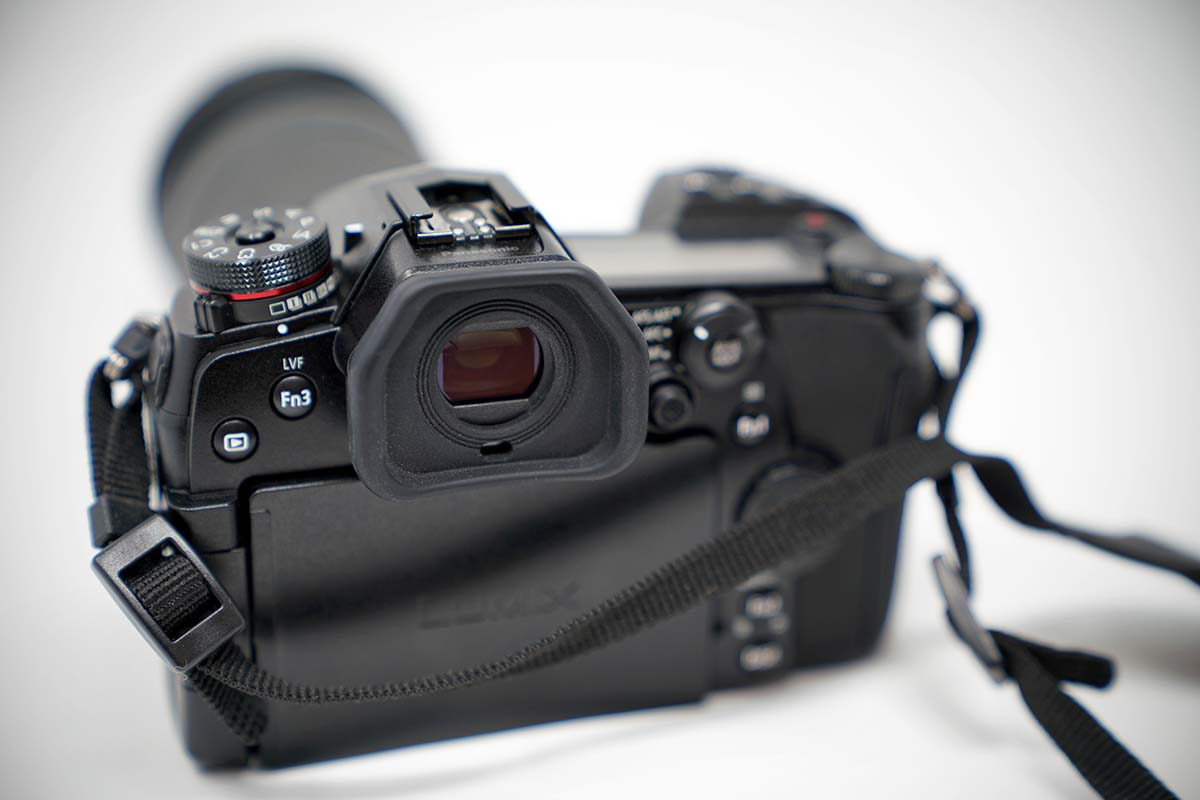 Electronic viewfinder (EVF) on mirrorless camera