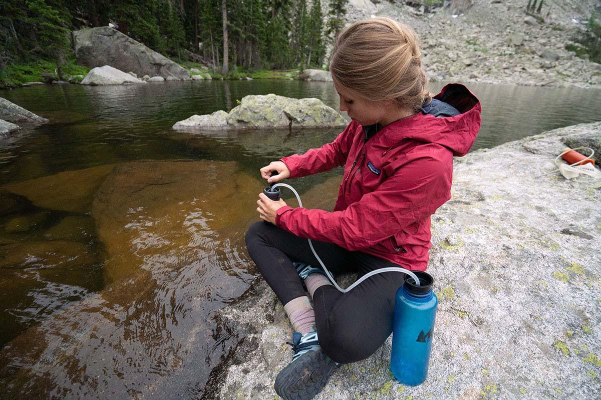 Lista de verificación para mochileros (filtrar agua en un lago alpino)