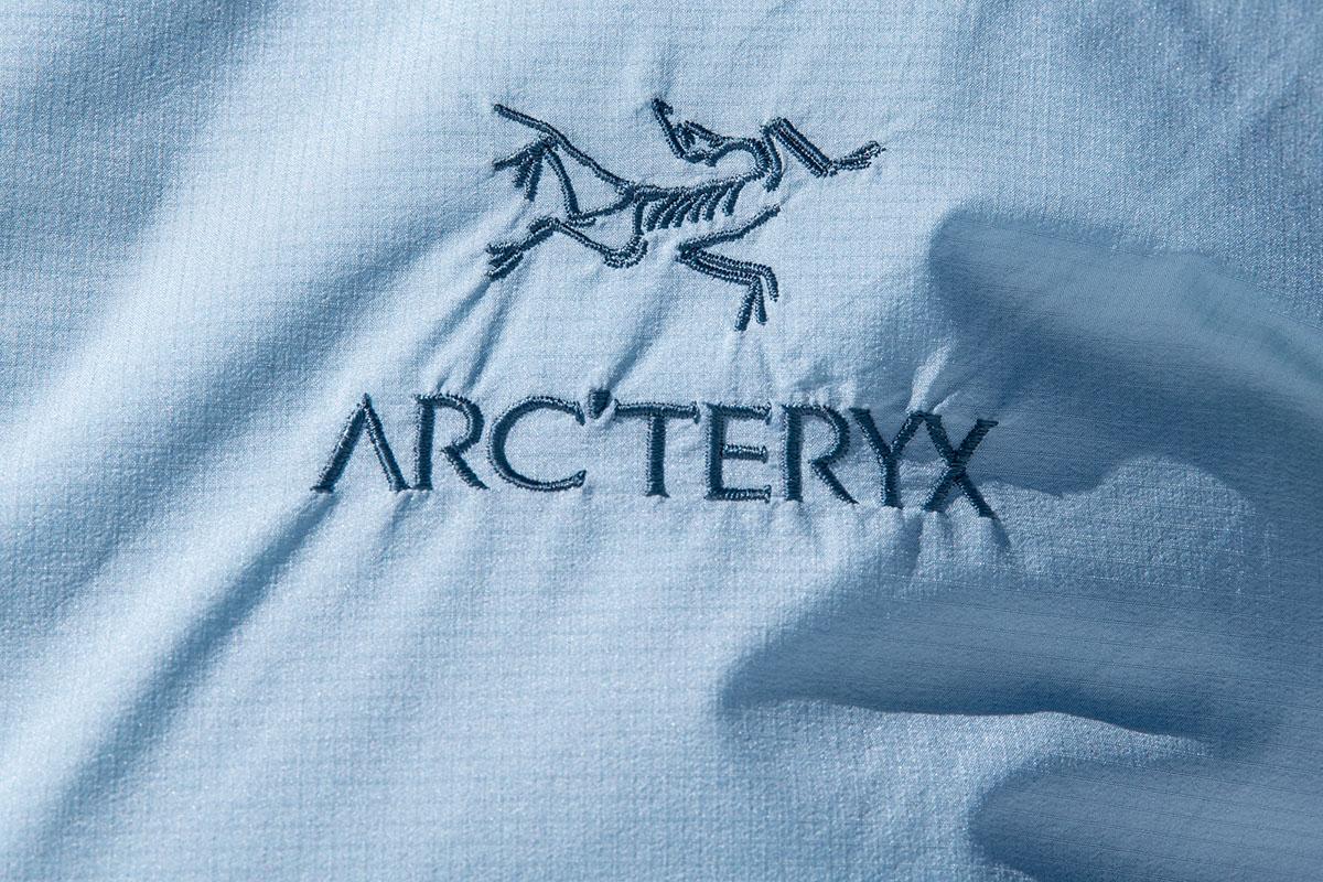 Arc'teryx Atom SL Hoody (logotipo de cerca)