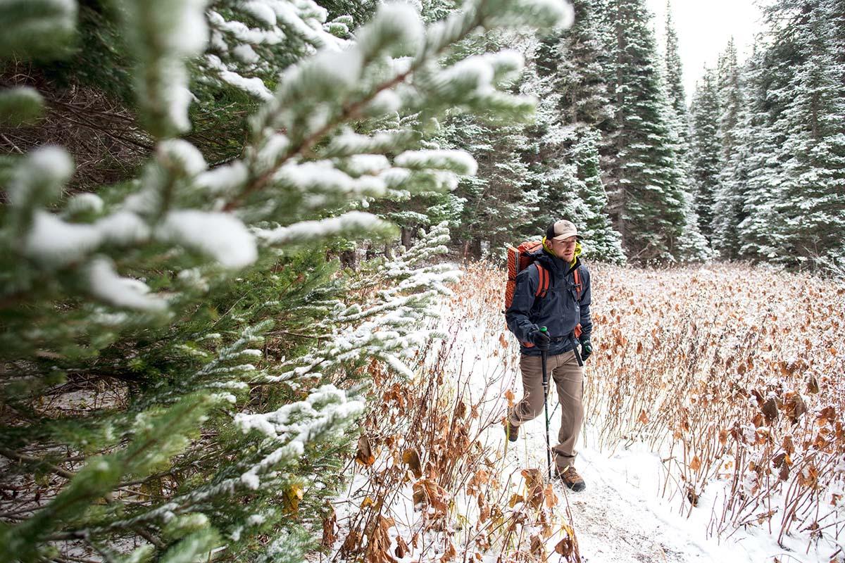 Senderismo por un sendero en la nieve (chaqueta rígida Arc'teryx Beta AR)