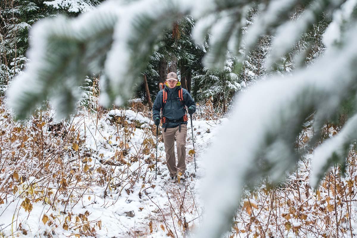 Senderismo en la nieve (chaqueta rígida Arc'teryx Beta AR)