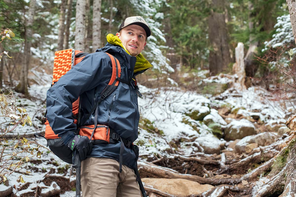 Senderismo con mochila y bastones de trekking (con armazón rígido Arc'teryx Beta AR)