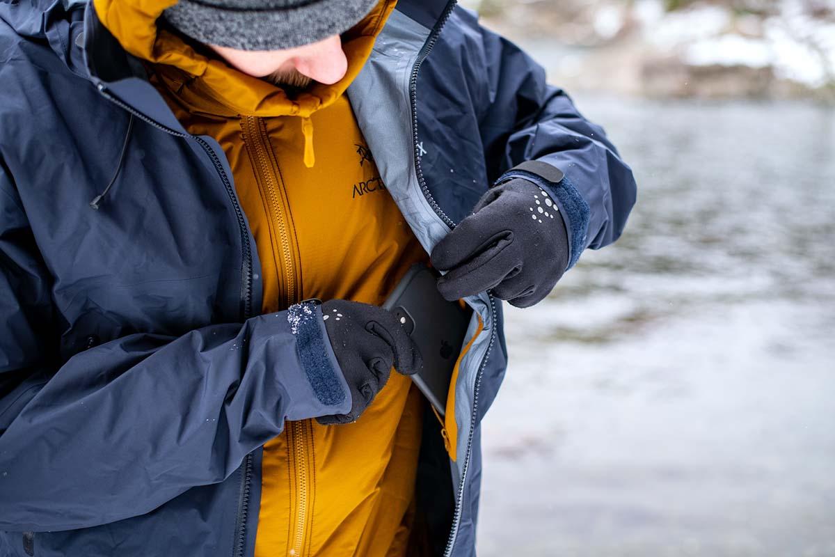 Poner el teléfono en el bolsillo interno del pecho (chaqueta rígida Arc'teryx Beta AR)