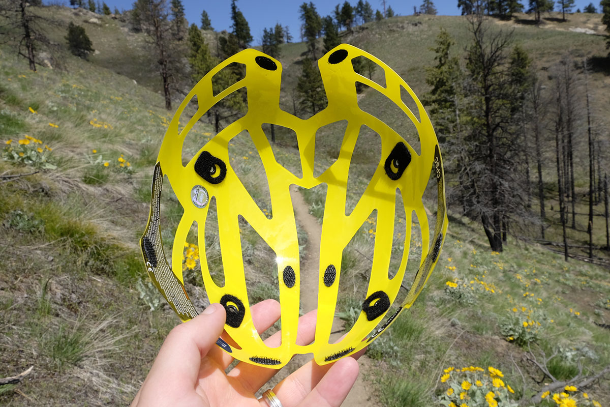 Mountain bike helmet (MIPS liner)