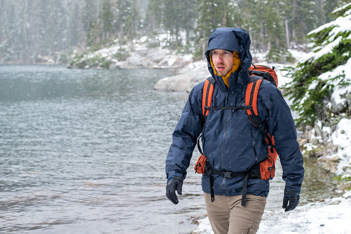 Hiking in the snow (Arc'teryx Beta AR hardshell jacket)