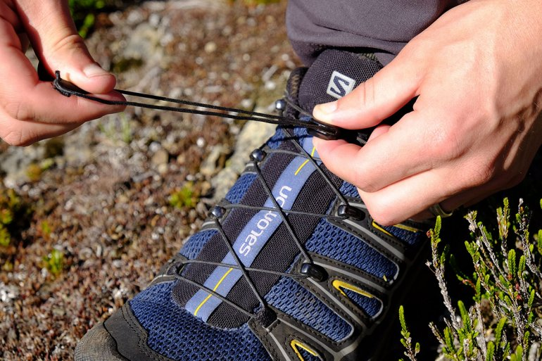 Lightweight hiking shoes closure system